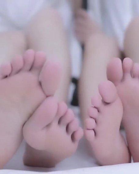 小脚大脚双人舔耳